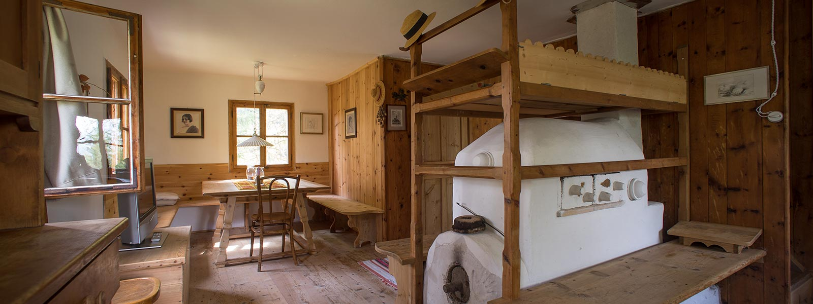 "the traditonal, wooden furnished, ""Stube"" in ""Mutterhäusl"" at Hotel Briol in Barbiano"